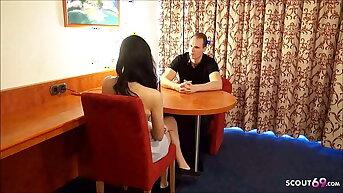Schlanke Praktikantin vom Chef beim Meeting im Hotel AO gefickt